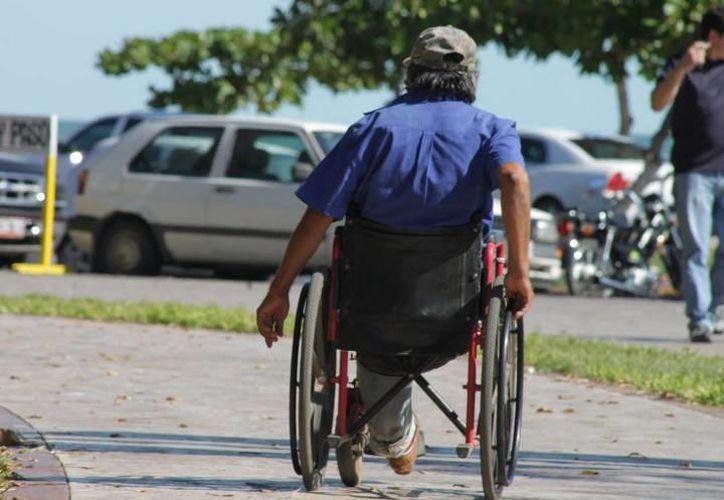 La Integración Social de Personas con Discapacidad señala que la falta de conciencia pone en riesgo la vida de personas que andan en silla de ruedas. (Joel Zamora/SIPSE)