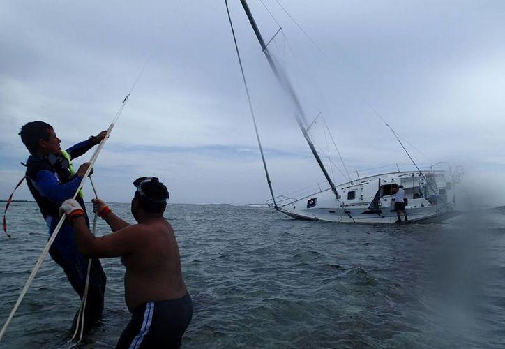 El velero se encuentra preparado para la maniobra de traslado a tierra. (Harold Alcocer/SIPSE)