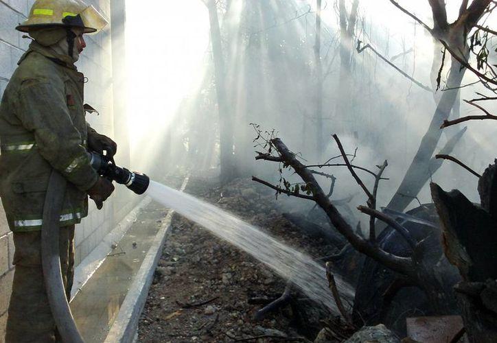 El fuego alcanzó a chamuscar una parte de las paredes del supermercado. (SIPSE/Manuel Pool)
