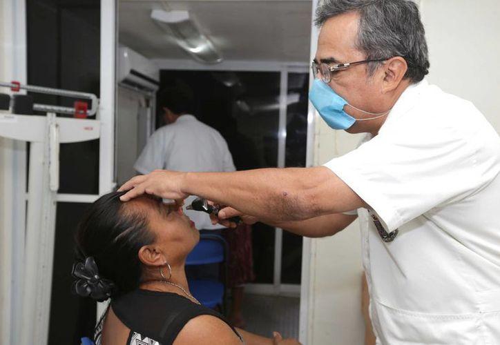 Entre los servicios de la Feria de Salud se incluyen los de optometría. (SIPSE)