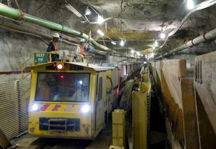 Fotografía de fecha desconocida facilitada por la Harmony Gold Mine hoy que muestra las operaciones de extracción en la mina donde continúan los trabajos de rescate de nueve mineros que han quedado atrapados. (EFE)