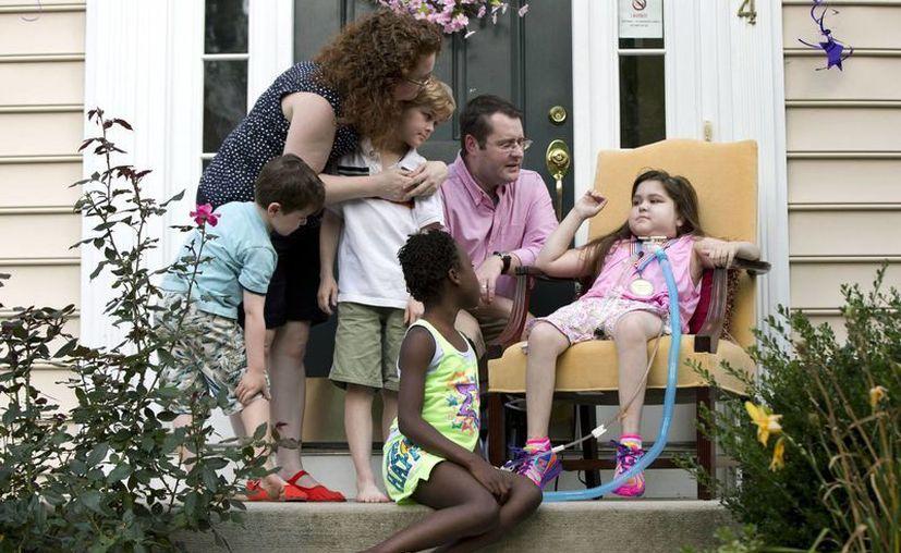 Sarah Murnaghan y su familia saludan durante una conferencia de prensa tras ser dada de alta del hospital. (Agencias)