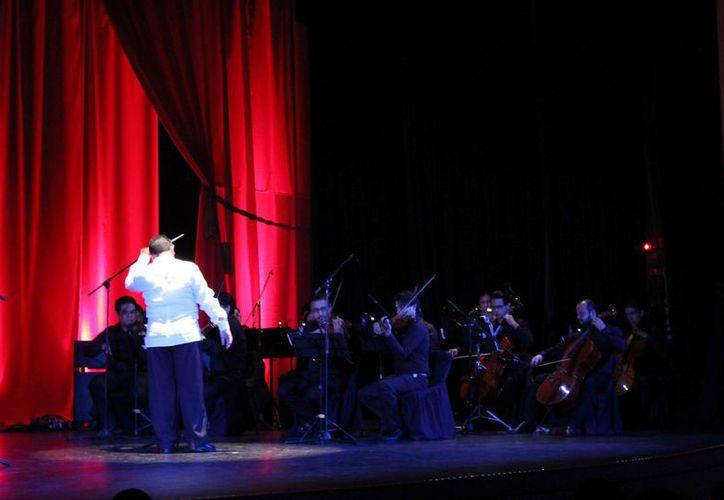El escenario del Teatro de Cancún fue vestido con innovaciones. (Faride Cetina/SIPSE)