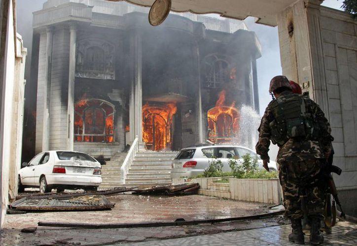 Policías y soldados mataron a tres agresores en un enfrentamiento que causó un incendio en el Consulado de India en Afganistán. (Foto: AP)