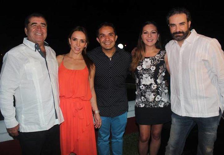 Mariana Ochoa (d) y Erika Zaba, cantantes de OV7, llegaron al Rally Maya al igual que el actor Mauricio Islas (d). (Foto tomada de unomasuno.com)
