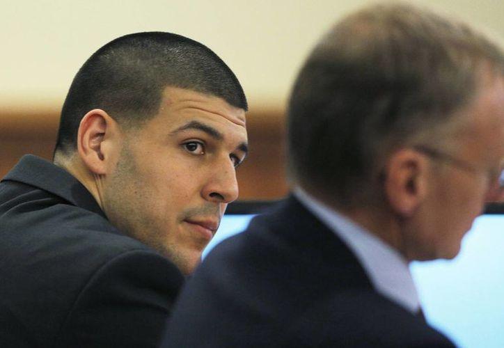 El exjugador de la NFL, Aaron Hernández, con su abogado Charles Rankin durante el juicio en el que se le acusa de matar a tiros a un jugador semiprofesional.  (Fotos: AP)