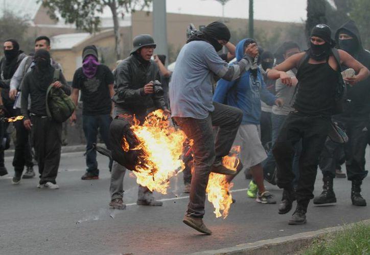 A los detenidos durante la violenta  marcha del 20 de noviembre se les acusa de ataques a la paz pública y ultraje, y portación de objetos para agredir. (Foto de archivo de Notimex)
