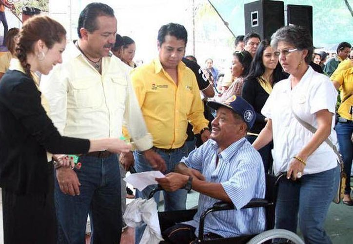 A la fecha se han entregado mas de mil 200 aparatos ortopédicos y sillas de ruedas. (Cortesía/SIPSE)