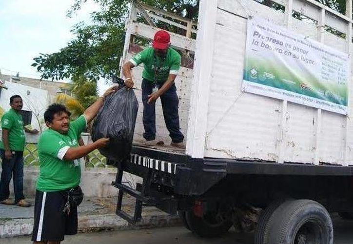 Con la llegada de miles de vacacionistas a Progreso, se multiplica el trabajo para los recolectores de basura. (SIPSE)