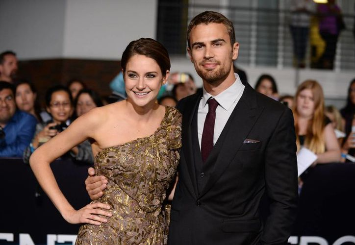 Theo James(d) y Shailene Woodley protagonizan la saga de filmes basados en las novelas 'Divergente', 'Insurgente' (que comienza a filmarse en mayo) y 'Leal'. (Agencias)