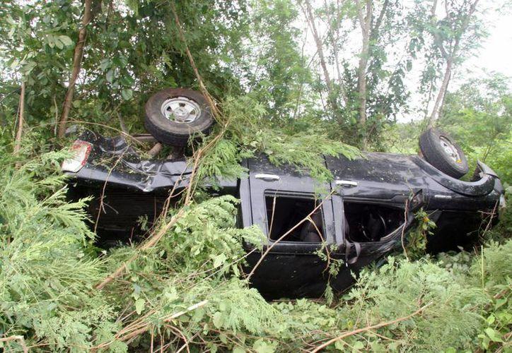 Una camioneta se salió de la cinta asfáltica y terminó volcada en el entronque de Izamal con Citilcum. (Milenio Novedades)