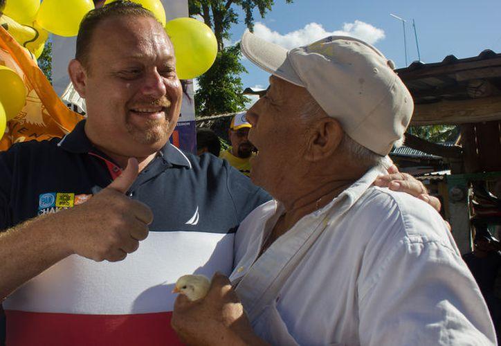 En Noh Bec, cientos de habitantes lo recibieron y recorrió la calle principal saludando a los vecinos . (Redacción/SIPSE)