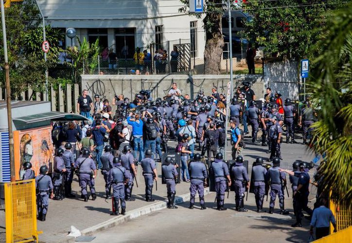 En unos casos se dijo que la intervención de la policía en Sao Paulo fue para aplacar ánimos de seguidores argentinos, pero también se dijo que todo empezó con una manifestación para exigir la liberación de dos abogados. (EFE)