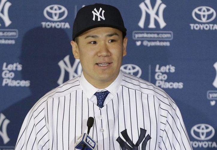 En la conferencia de prensa, el pitcher Masahiro Tanaka se colocó el uniforme de los Yanquis, con el número 19 y dijo, en inglés: 'Estoy muy contento por ser un yanqui'. (Agencias)