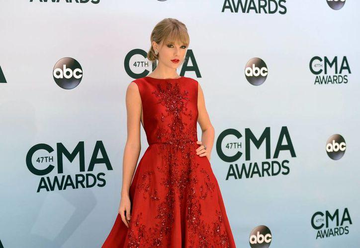 Swift a su llegada a la Arena Bridgestone en Tennessee. Compite en las categorías de mejor artista, album del año y vocalista femenina, entre otras. (Agencias)