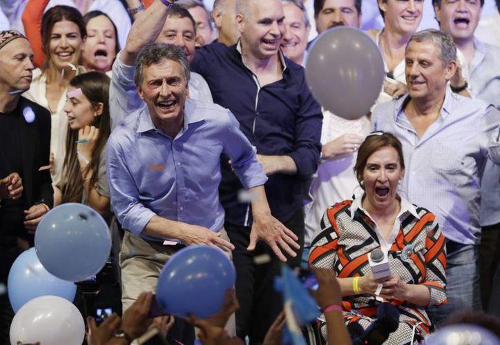 Mauricio Macri será quien suceda a Cristina Fernández en la presidencia de Argentina tras imponerse en la segunda vuelta electoral de este domingo. (AP)