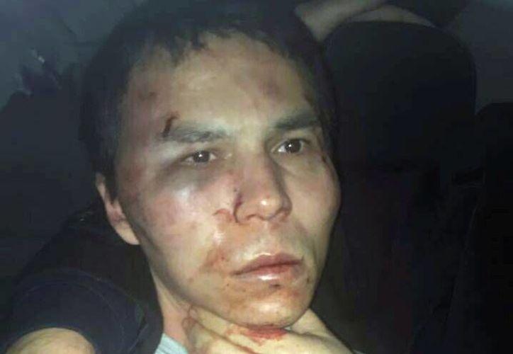 La prensa turca difunde la fotografía del autor de la masacre en el club Reina de Estambul. Su identidad no ha sido revelada. (Depo Photos via AP)