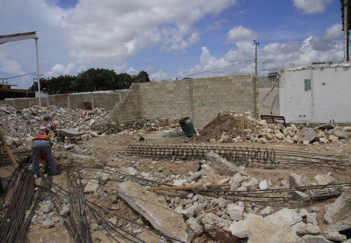 Los albañiles dijeron que necesitarán más de un mes y medio para terminar la obra. (Tomás Álvarez/SIPSE)