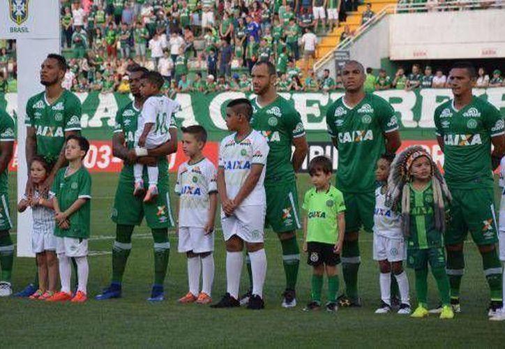 En el video de Facebook, los fans de este equipo brasileño escriben oraciones y mensajes de fuerza y esperanza a los familiares de los futbolistas. (Foto: Facebook)