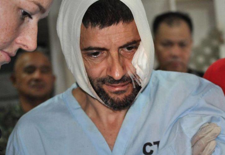 El rehén suzio Lorenzo Vinciguerra es tratado en un hospital después de escapar a los extremistas musulmanes de Abu Sayaf en el sur de las Filipina. (Agencias)