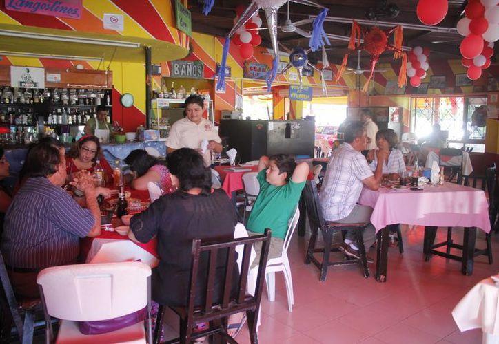 Restauranteros han tenido que recortar su personal hasta un 30 por ciento. (Harold Alcocer/SIPSE)
