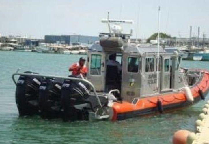 Elementos de la Secretaría de Marina  remolcaron la lancha hasta la base Acuario de Yucalpetén. (SIPSE)