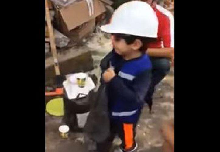 El menor iba vestido como todo un rescatista: chaleco azul, pantalones negros y un casco blanco. (Foto: Captura)