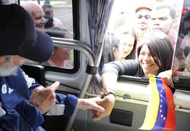 Fidel Castro reapareció en público: acudió a una escuela, en la La Habana, y saludó de mano a los estudiantes de una delegación venezolana. (cubatebate.cu)