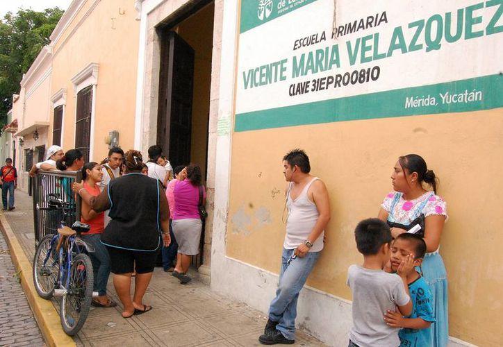 """Padres de la escuela """"Vicente María Velázquez"""" esperaron más de una hora la salida de sus hijos. (Milenio Novedades)"""