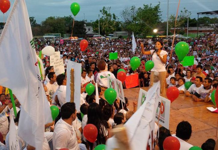 Marisol Sotelo, candidata del PRI a diputada local por el II Distrito, dirige un discurso a sus seguidores durante su cierre de campaña en Villa Palmira. (SIPSE)