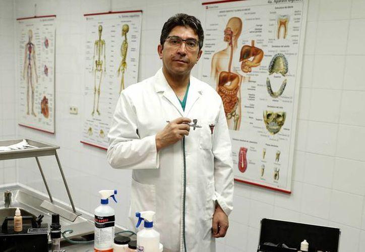 Javier Chávez, maquillador de difuntos, posa en el tanatorio de Getafe. (Luis Sevillano/elpais.com)