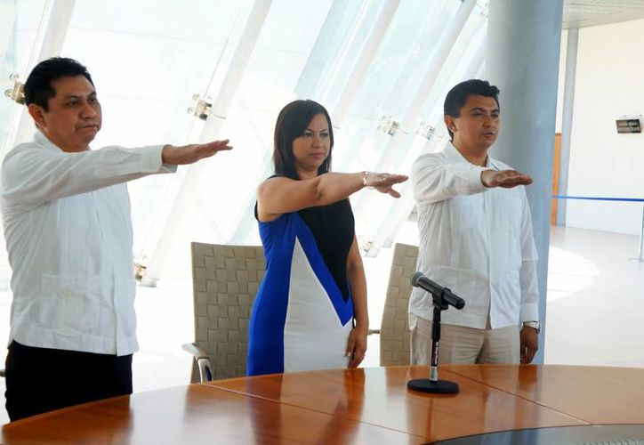 Los licenciados en Derecho Kenny Martins Burgos Salazar, Diana Yadira Garrido Colonia y Santos Alfredo May Tinal rindieron compromiso constitucional como nuevos jueces de control en el Estado. (Milenio Novedades)