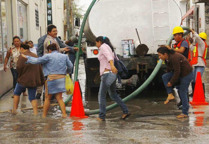 Trabajadores de los Servicios Públicos Municipales se dedicaron a desaguar las vías. (Milenio Novedades)