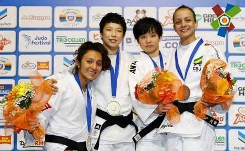 La judoca mexicana Edna Carillo (izq) consiguió una presea de plata este sábado en el Abierto Europeo de Roma. (Twitter: @alejandro_pena)