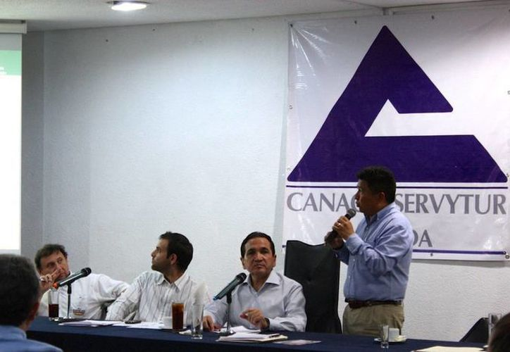El director del IVEY Armando Escobedo May,  se reunió con empresarios de Canaco. (SIPSE)