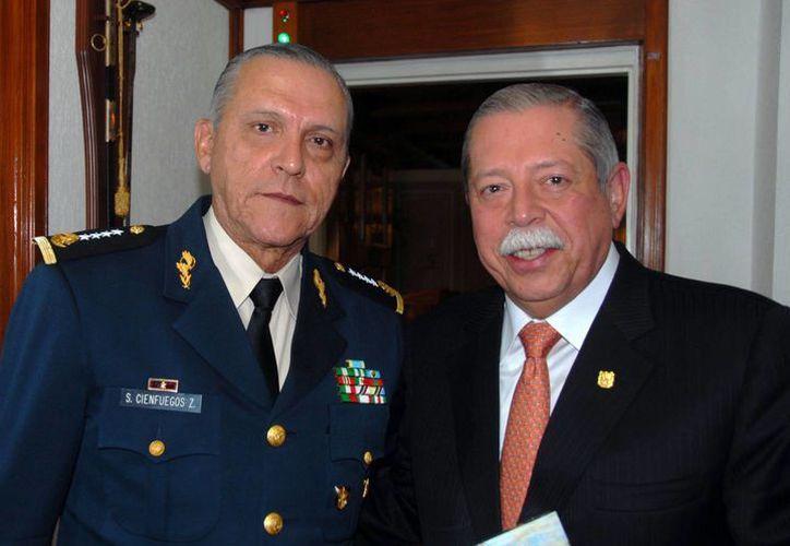El gobernador de Tamaulipas, Egidio Torre (d) aparece con el secretario de la Sedena, General Salvador Cienfuegos Zepeda. (tamaulipas.gob.mx)