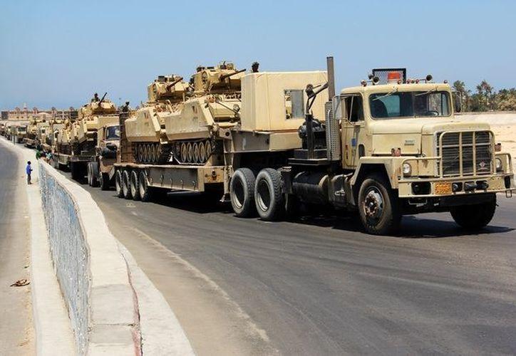 Varios tanques de guerra del gobierno egipcio se trasladan por una zona de la península del Sinaí. (Archivo AP)