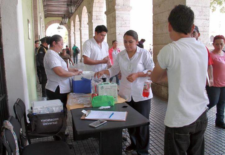 Las vacunas previenen más de 25 enfermedades. Imagen de un puesto de vacunación en los bajos del Palacio de Gobierno, en Mérida. (Milenio Novedades)