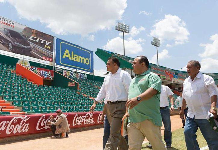 El sábado, Rolando Zapata visitó las instalaciones del estadio de béisbol Kukulcán. (Facebook/Rolando Zapata Bello)