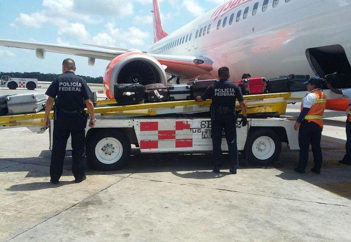 La droga se encontraba escondida en la parte inferior de los lavamanos del baño del avión. (Redacción/SIPSE)