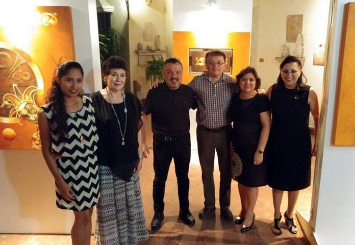 Imagen del artista visual Enrique Trava Díaz acompañado de diversos invitados del evento que se realizó en la Quinta Alsina. (Milenio Novedades)