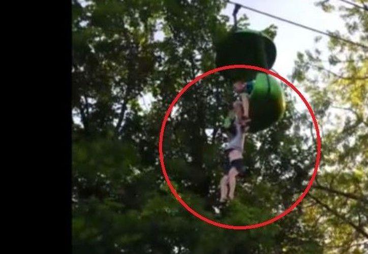 Una niña de 14 años de edad fue salvada por testigos que la recibieron cuando cayó de un juego mecánico en Nueva York. (RT)