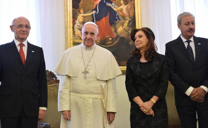 El papa Francisco junto a la presidenta de Argentina, Cristina Fernández, antes de una audiencia privada que ambos mantuvieron en la Ciudad del Vaticano hoy, lunes 17 de marzo de 2014. (EFE)