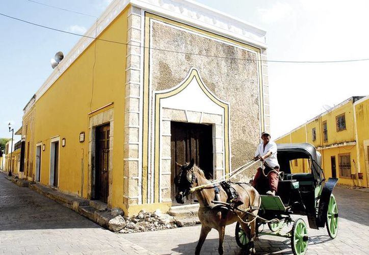 Realizarán en Izamal el plan piloto de la iniciativa 'Las 10 cuadras más prósperas de México'. Fotografía de una calesa en el centro de este municipio. (Milenio Novedades)