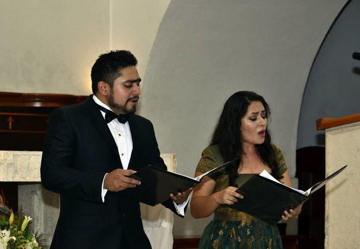 Los cantantes ofrecieron un amplio repertorio de música barroca, en el recinto religioso, ante decenas de espectadores.(Milenio Novedades)