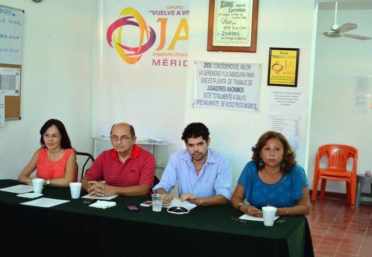 Conferencia de prensa con integrantes del grupo de Jugadores Anónimos 'Vuelve a viivir'. (Luis Pérez/SIPSE)