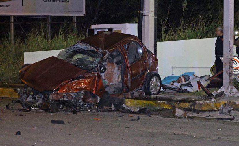 El choque de un auto Mercedes contra un IkonBenz dejó como saldo un muerto en la carretera Mérida-Dzibilchaltún. (Fotos: Milenio Novedades)