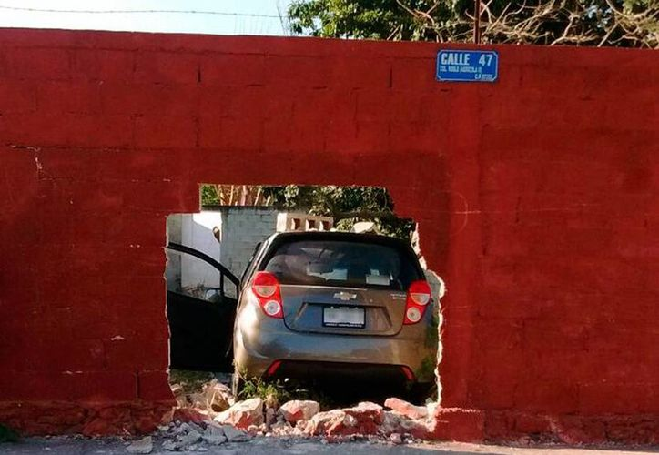 El conductor de un auto chocó contra la barda de un local de fiestas, en Mérida. El responsable huyó del lugar. (Aldo Pallota/SIPSE)