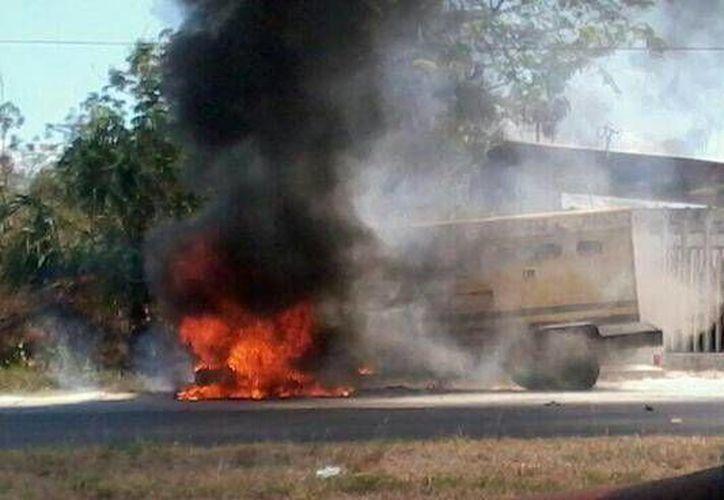 La carretera Chetumal-Bacalar fue cerrada debido al incendio. (twitter/@valorQRoo)