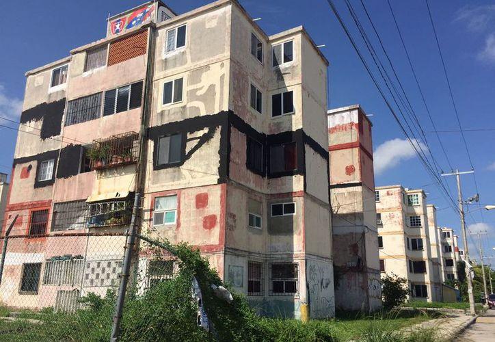 Todos los edificios presentan daños en paredes y techos. (Eva Murillo/SIPSE)